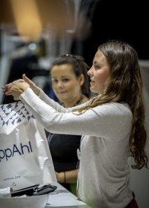 Med kompletterad semestergarderob från KappAhl och biljett från Resia, kommer en vinnare att bli resereporter. Foto: KappAhl/Stefan Edetoft
