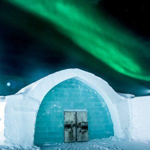 Konst av is och snö inne i Icehotell, kompletteras med naturens vackraste skådespel i vinternatten - norrskenet.  Foto: Asaf Kliger